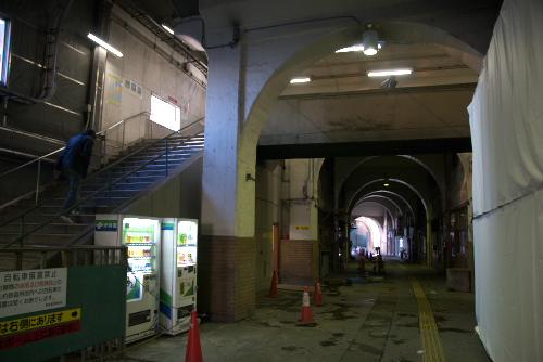 鶴見線・国道駅 / 高架下は異世界