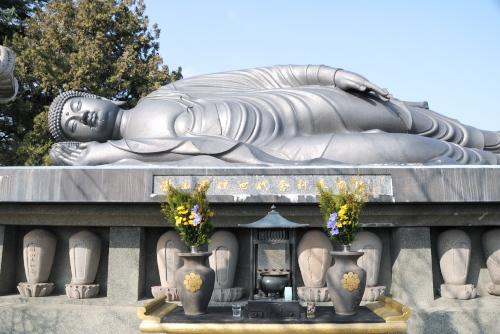 江東寺 / ねはん像は墓地にあった