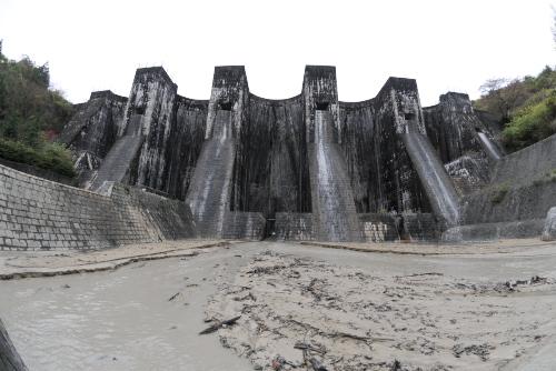 豊稔池ダム / 山岳要塞のような