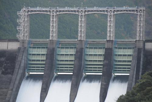 風屋ダム / こちらも放水中