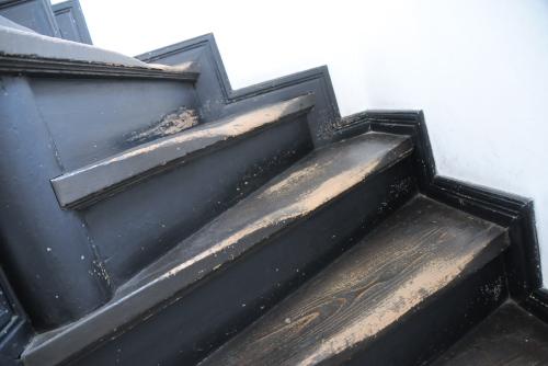 旧登米警察署庁舎(警察資料館) / すり減った階段