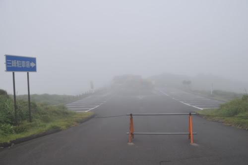 三峰展望台も霧の中